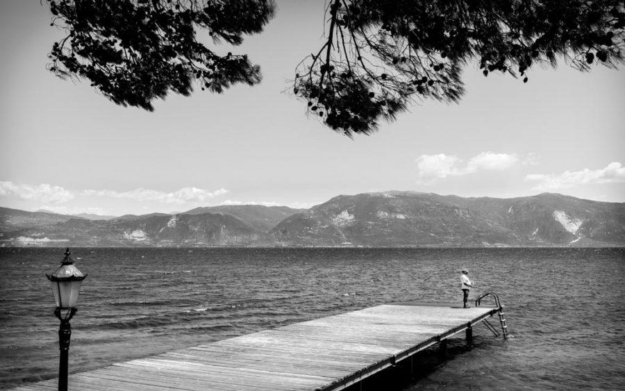 photo noir et blanc d'un pêcheur lac, Grèce