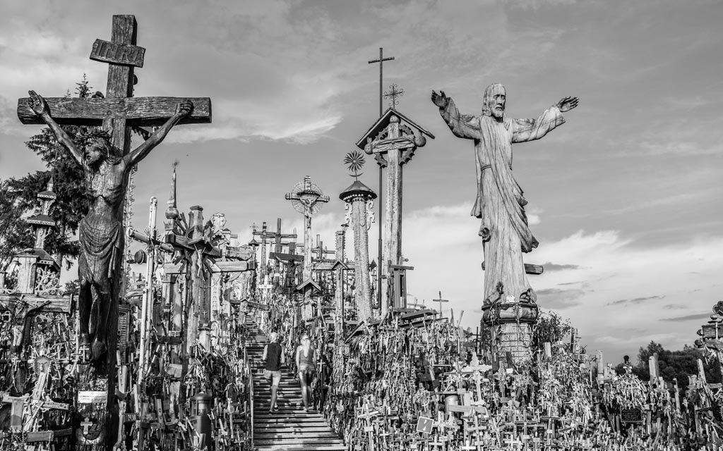 photo noir et blanc amas de croix sur la colline des croix, Lithuanie