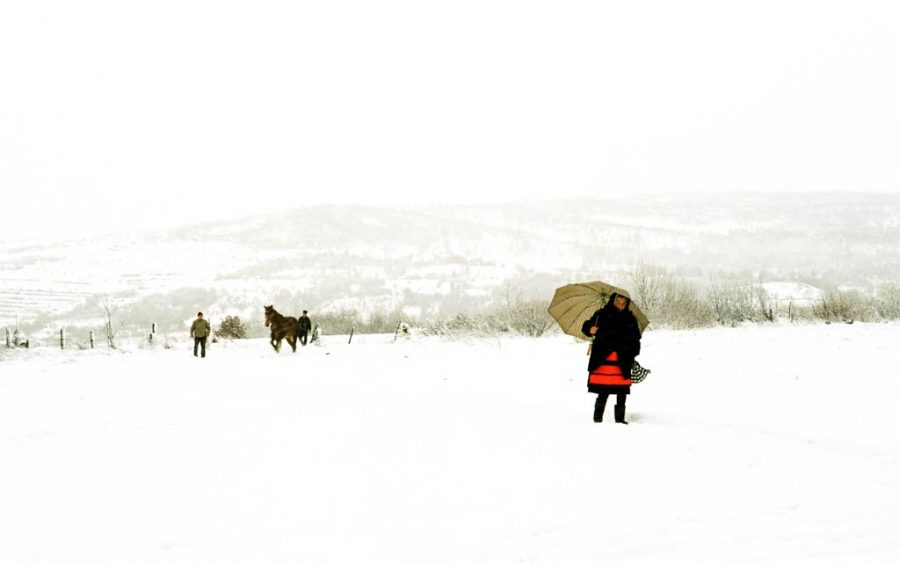 photo couleur femme en habit traditionnel marche dans la neige Maramures Roumanie