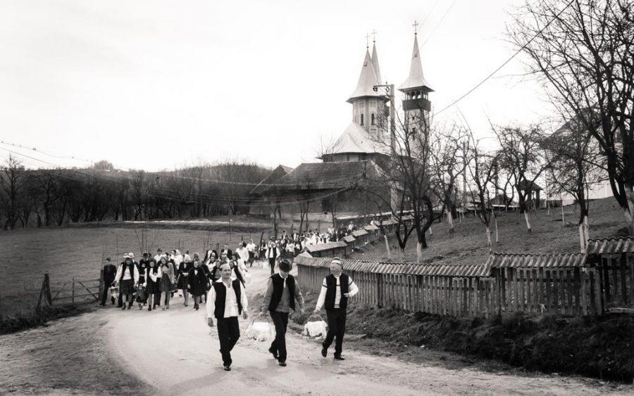 photo noir et blanc sortit église Pâques dans le village de Breb, Maramures, Roumanie