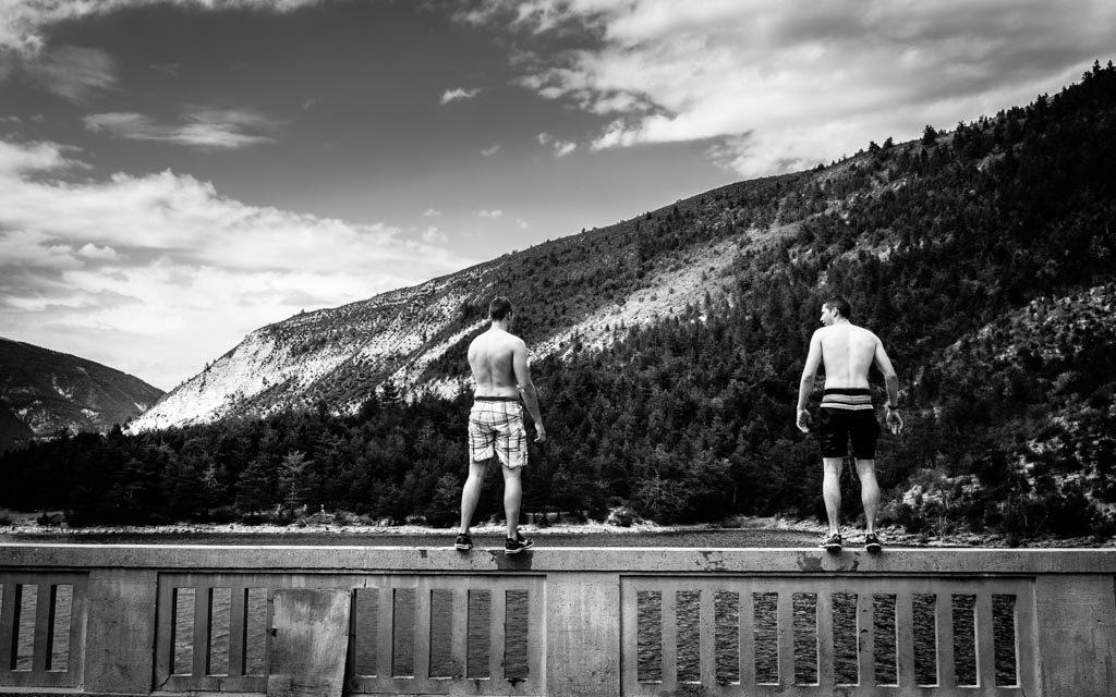 deux jeunes hommes debout pret à sauter dans le lac de Saint-Julien-du-Verdon, France