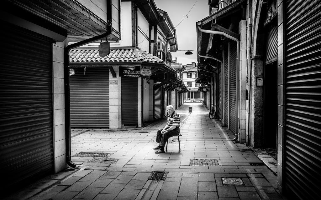 photo noir et blanc vieil homme assis magasins Konia Turquie