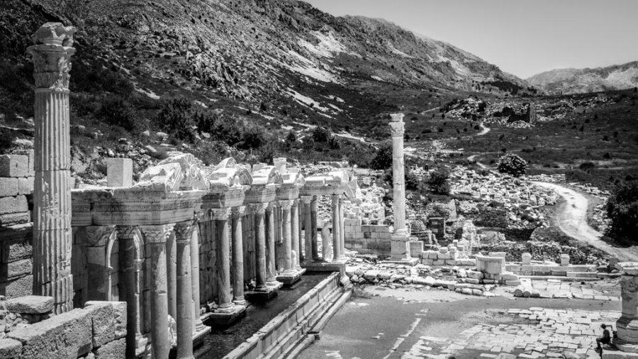 photo noir et blanc personnage assis devant fontaine antique de Sagalassos en Turquie