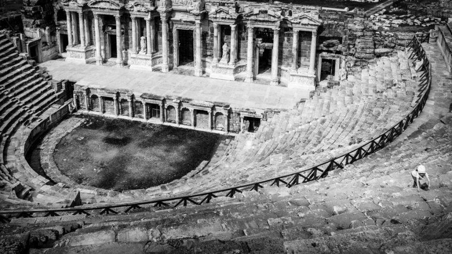 photo noir et blanc petite fille qui grimpe sur les gradinss du théatre antique de Sagalassos en Turquie