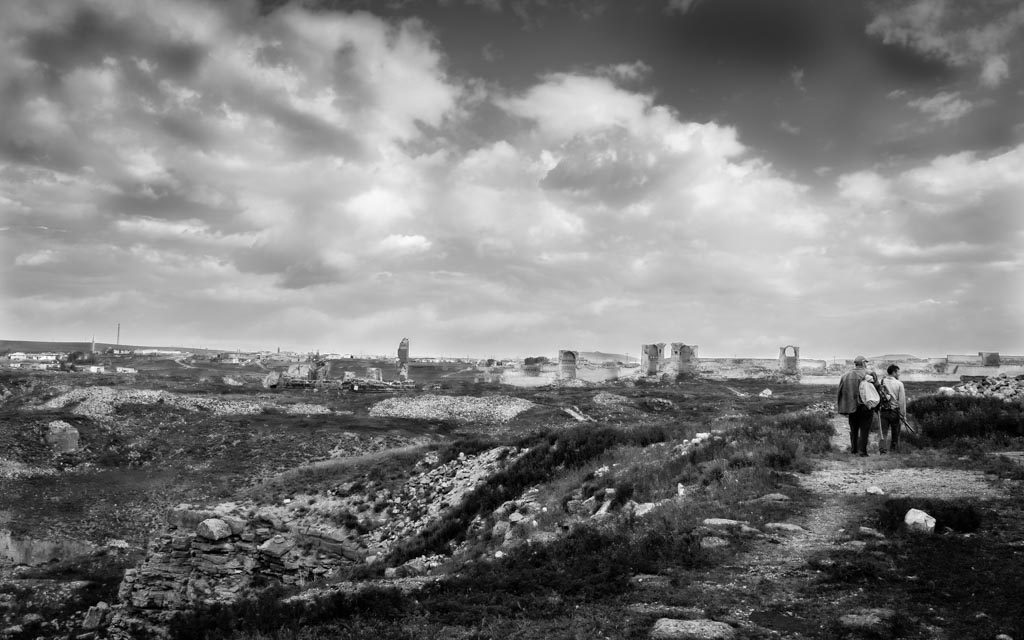 photo noir et blanc deux hommes marchent dans les ruines merveilleuses d'Ani, la capitale arménienne de l'an mille