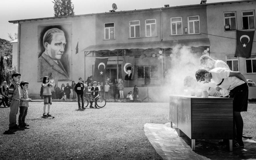photo noir et blanc Fête de la jeunesse et des sports à Kilickaya, Turquie